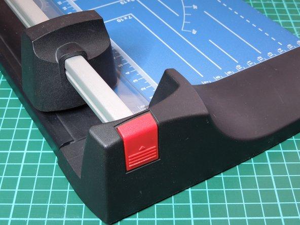 Image 2/3: 3. Messerblock von der Aluschiene ziehen.