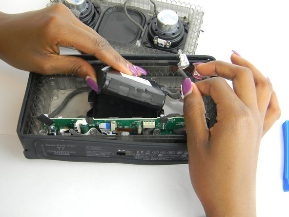After disconnecting the power supply connector, pull the battery out of its case.