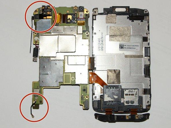 Entferne vorsichtig das Antennenkabel links unten. Ziehe dabei nicht am Kabel sondern löse es mit einer Pinzette direkt am Kontakt ab.