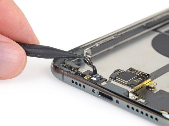 따라서 iPhone 최초 이차적 배터리 커넥터는 무선 충전 코일 바로 근처에 직접 연결합니다. 우리는 Apple이 어떤 생각을 했는지 잘 모르겠습니다.