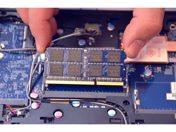 Image 3/3: Ziehen Sie das Speichermodul (RAM) aus seinem Stecker.