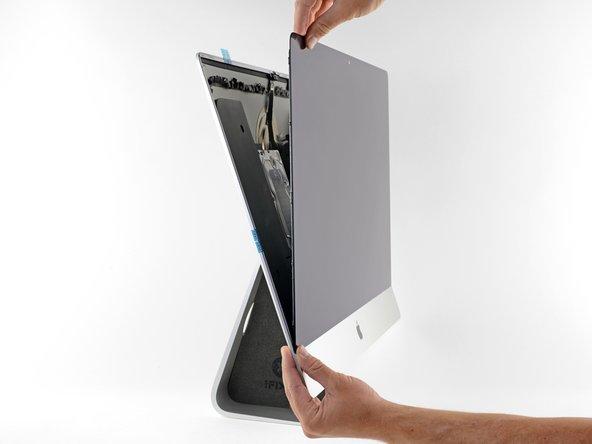 Lege das Display vorsichtig auf seinen Platz im iMac und richte es sorgfältig aus.