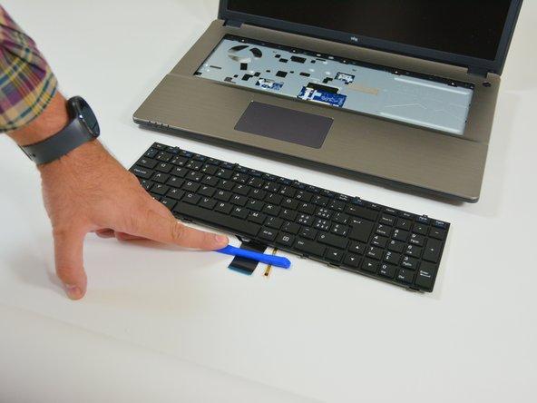 Puis retirez le clavier hors de son emplacement.