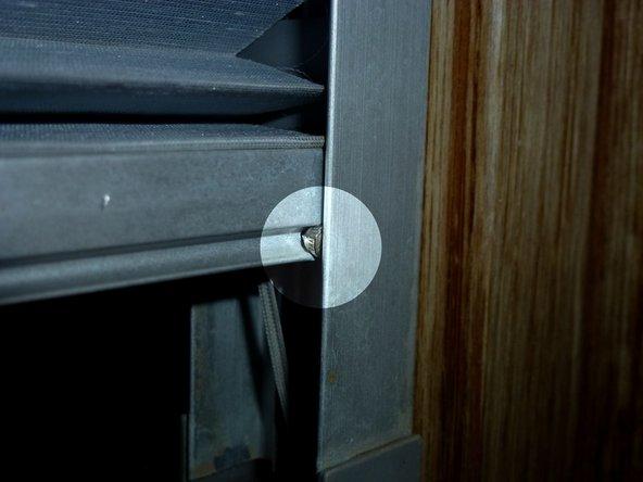 Unscrew as many screws as necessary, in order to pull forward the lower end of the vertical U section // Entferne so viele Schrauben wie nötig, um das untere Ende des vertikalen U-Profil hervorziehen zu können.