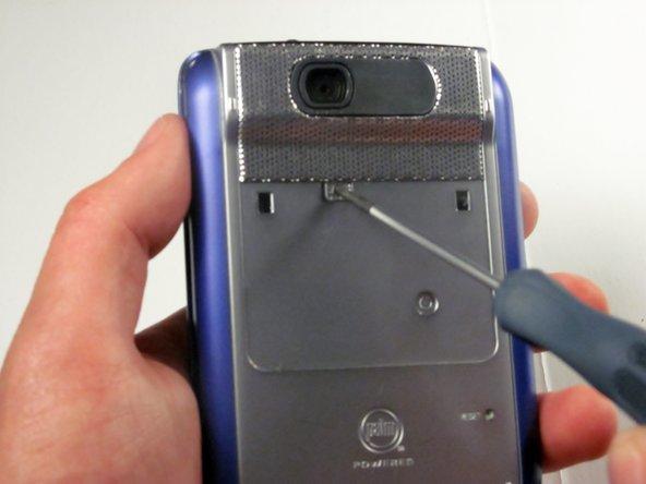 Utilisez un tournevis Philips n ° 00 pour retirer la vis cachée de 2,5 mm.