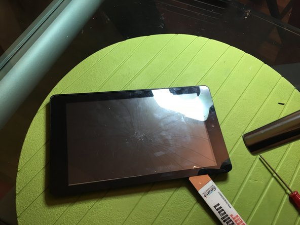 con l'aiuto di un phon o del calore scaldare i bordi del vetro e con uno strumento sottile rimuovere il vetro staccando l'adesivo