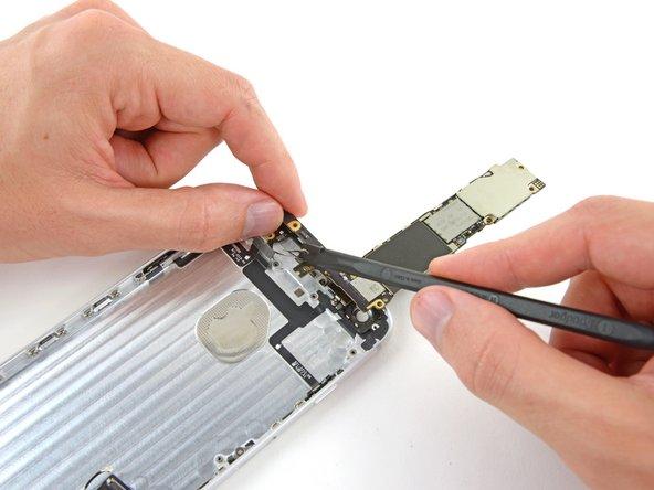 Utilisez l'extrémité plate d'un spudger pour débrancher le connecteur d'antenne de sa prise à l'arrière de la carte mère.