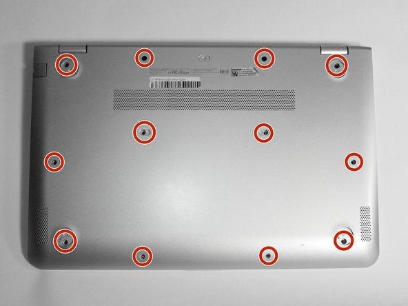 Entferne die zwölf 6 mm #0 Kreuzschlitzschrauben von der Gehäuseunterseite.
