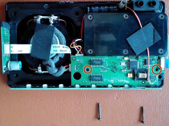 Mit einem PH1 Schraubendreher können die beiden verbleibenden Schrauben welche die beiden größeren über einander angeordneten Platinen halten entfernt werden.