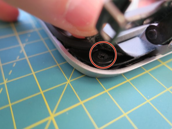 Image 1/2: The Bezel itself comes loose pretty easy as soon as you have disconnected it from the lower part on one point. Work your way around the display.