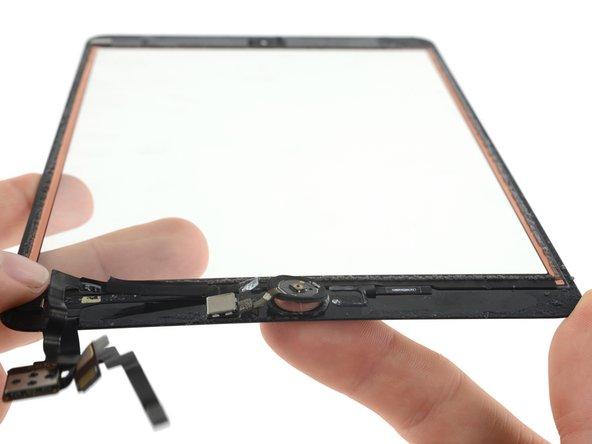 デジタイザーパネルを裏返して、ホームボタンを前面パネルのスロットから静かに押し上げます。