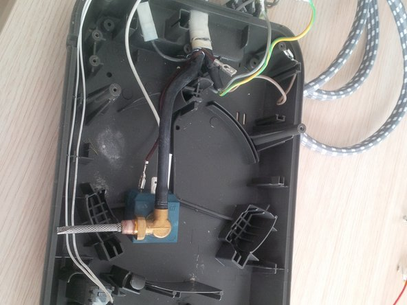 be carefull with the last wires. some of them ( and also the thick black tube) are realy hard to remove.