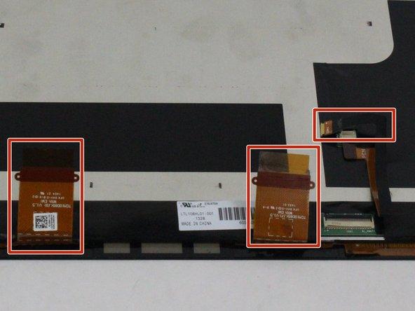 Před úplným vyjmutím displeje odpojte tři kabely displeje.