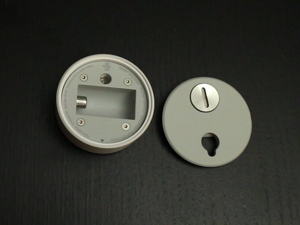The back of the Sensor has a simple screw, which gives us access to the battery