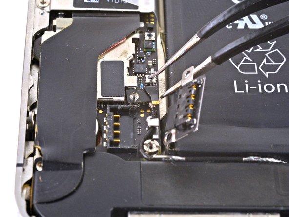 Bevor du den Akkustecker beim Zusammenbau wieder einsteckst, musst du den Druckkontakt sorgfältig an seinen Platz zurücksetzen.
