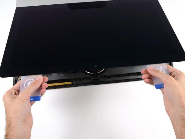Fange an, die Oberkante des Displays vom Rahmen weg zu heben.