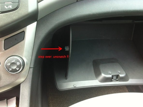 打开手套厢,抓住两侧往里推,直至两边卡扣松开为止。