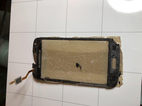 Rimuovere il touchscreen con strumenti sottili  tra vetro e cover centrale  con ausilio di un phon o del calore in modo che si possa allentare la presa dell'adesivo