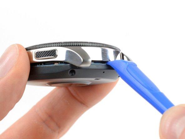 使用撬开工具进入手表的后盖和金属外壳之间。
