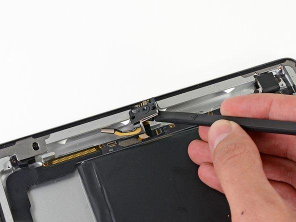 Utilisez l'extrémité plate d'un spudger pour retirer la nappe de la caméra de sa prise dans le boîtier en plastique de l'antenne.