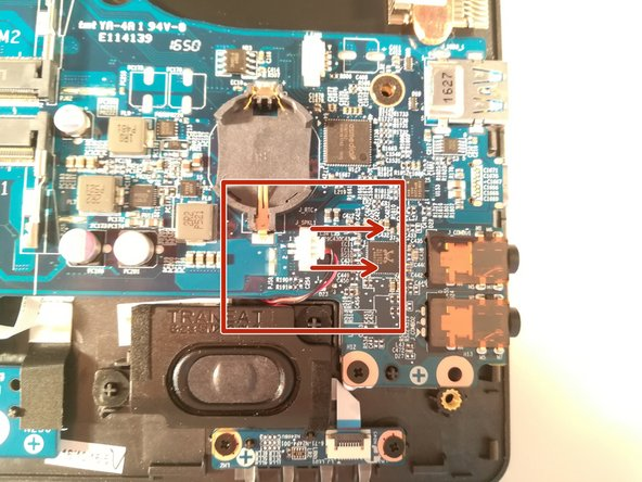 Déconnectez le connecteur encadré en rouge en le tirant dans le sens des flèches rouges
