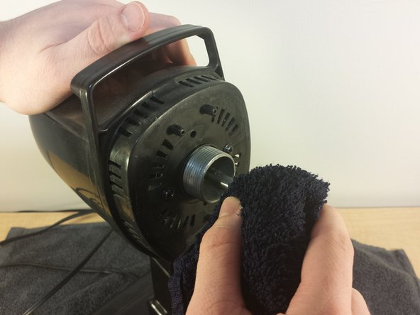 Image 1/2: Like in the last two steps, wipe down the rotor and the area surrounding it on the fan. After cleaning, be sure to completely dry the fan with a cloth or towel before using it.