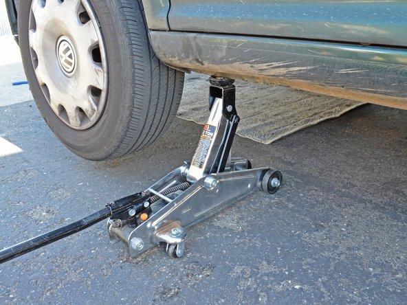 Placez votre cric au même endroit que tout à l'heure quand vous avez monté la voiture. Montez le cric jusqu'à ce que qu'il touche la zone de levage sur la carrosserie.