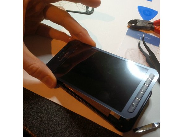 Image 3/3: put the digitizer again over the lcd screen. see that it is in the correct place.