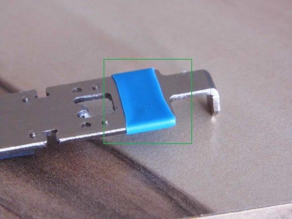 Image 1/1: Verwende einen Slitzschraubendreher, einen Spudger oder etwas ähnliches, um das Moosgummi zu entfernen.