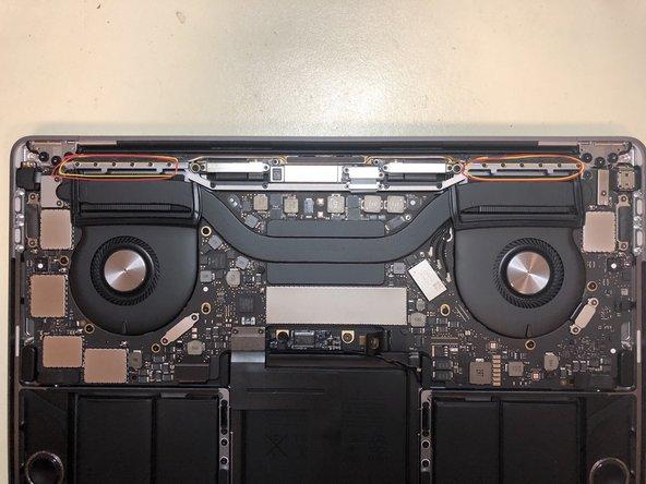 Entferne als Nächstes die Antenne. Im Gegensatz zur vorigen Generation des MacBook Pro ist sie nicht an der Displayeinheit befestigt.