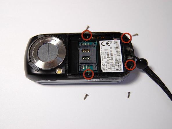 Retirez les quatre vis de 6 mm derrière la batterie.