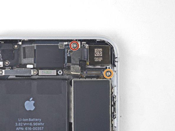 Entferne die beiden Schrauben, mit denen die Halterung der Rückkamera befestigt ist: