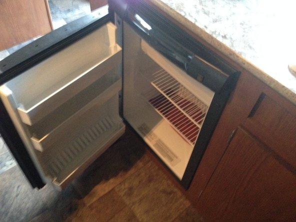 En prenant des torchons, le placer au fond du réfrigérateur et laisser la porte ouverte