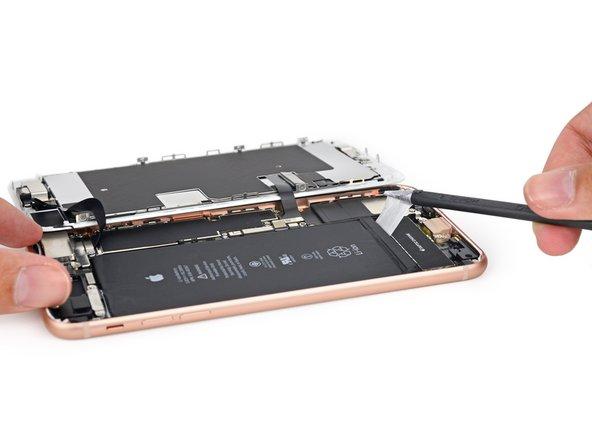 Un autre point commun à l'iPhone 8: nous trouvons quatre languettes de batterie, là où il n'y en avait que deux les années précédentes.