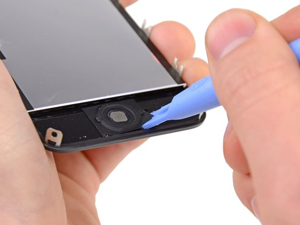 С помощью пластиковой лопатки отклеиваем кнопку Home от дисплея начиная с нижнего правого угла.
