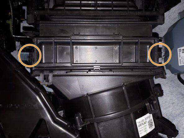 Het interieurfilter is bereikbaar nadat het deksel van de filterbehuizing wordt gehaald.