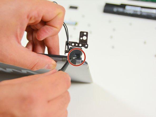 Image 3/3: Sobald die Schrauben gelöst sind können Sie nun die linke Abdeckung entfernen.