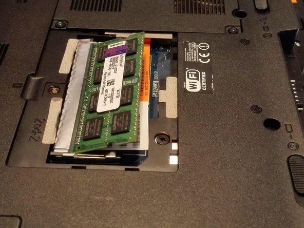Entfernen Sie den RAM Baustein indem Sie diesen an den Ecken fassen und nach rechts aus der Fassung ziehen.