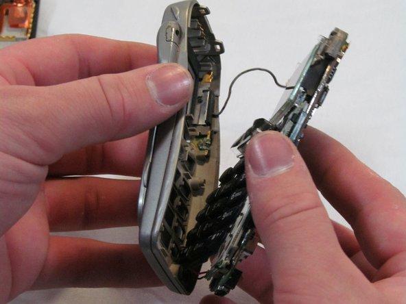 Retournez le couvercle avant et secouez les clés. Ils devraient venir en une seule pièce.