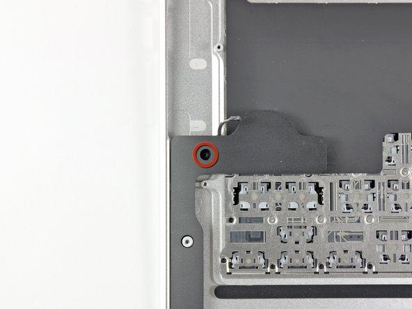 Entferne die einzelne 2,7 mm Torx T5 Schraube, welche den rechten Lautsprecher am oberen Gehäuse befestigt.
