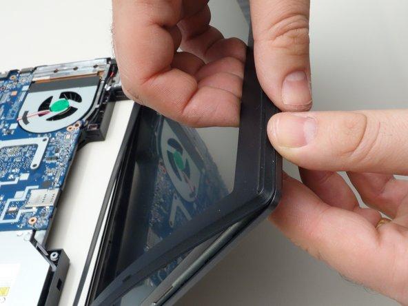 De-clipsez un à un les points de fixation du cadre entourant l'écran LCD.