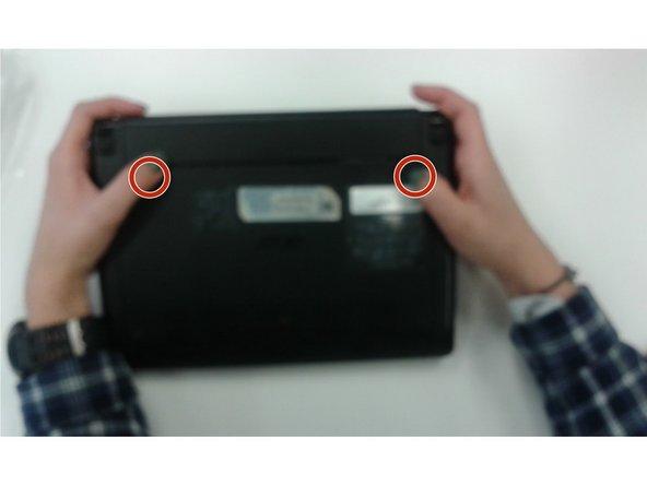 Per rimuovere la batteria, gira il dispositivo al contrario con la batteria verso l'alto e lontana da te.