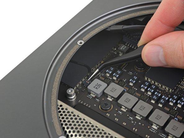 LEDインジケーターライトを持ち上げて、ロジックボード上のソケットからゆっくりと接続を外します。