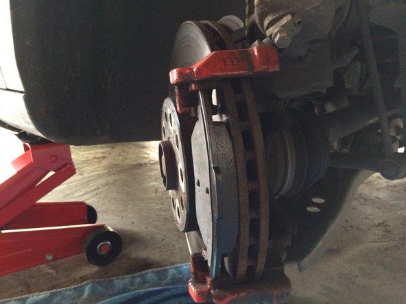 Wenn die Bremsbeläge nun am Platz sind dann den Bremssattel wieder anbringen und verschrauben. Die Schutzkappen wieder aufbringen. Anschließend den Sitz überprüfen.