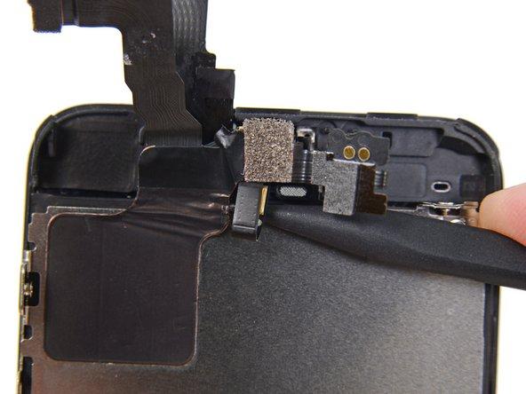 Faites glisser la pointe d'une spatule (spudger) sous le microphone pour le soulever de son emplacement dans l'ensemble écran.