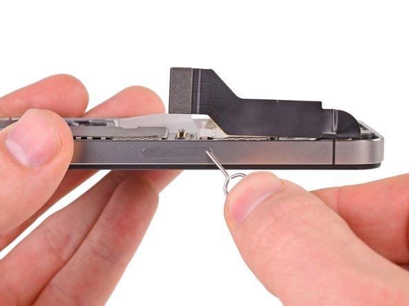 Используйте инструмент для извлечения SIM-карты или скрепку для бумаги для того чтобы открыть лоток.