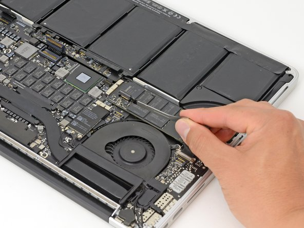 "MacBook Pro 15"" Retina Display Ende 2013 I/O Board  Kabel austauschen"