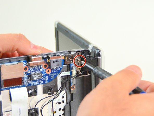 Image 1/3: Legen Sie nun de Laptop wieder auf den Arbeitsplatz wie im zweiten Bild dises Schrittes dargestellt. Lösen Sie nun die dritte Schraube.
