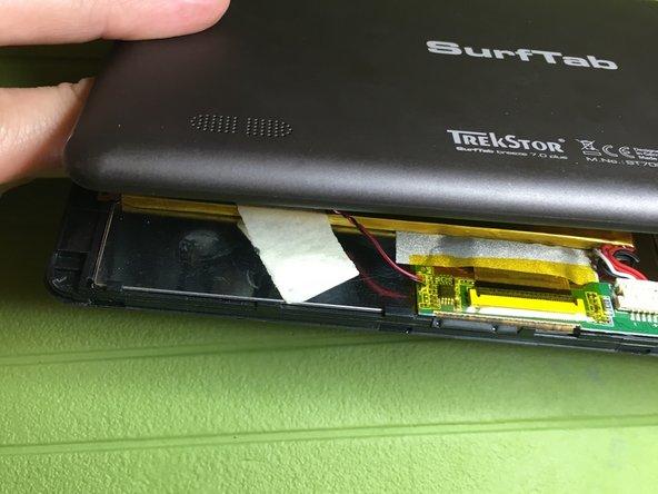 Con uno strumento sottile rimuovere la cover posteriore facendo leva tra schermo e cover lungo tutto il perimetro del dispositivo