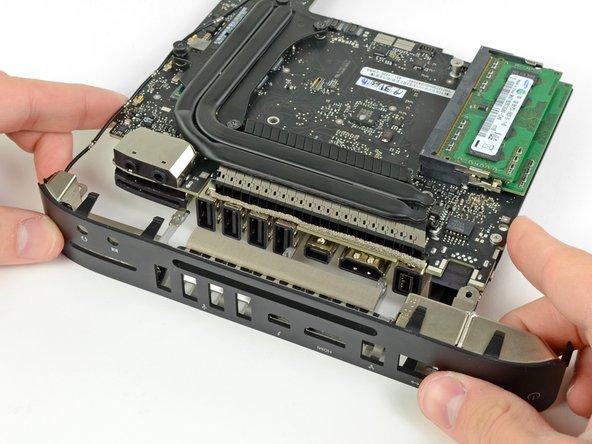Ziehe die I/O Blende weg vom Logic Board. Achte dabei auf Kabel, die sich verfangen können.